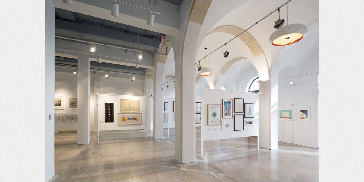 Gallery space featuring Viso Capella decorative pendants, Solavanti Kera indirect sconces in the arches, and Lithonia Flatback and SHDE track heads with LED lamps.